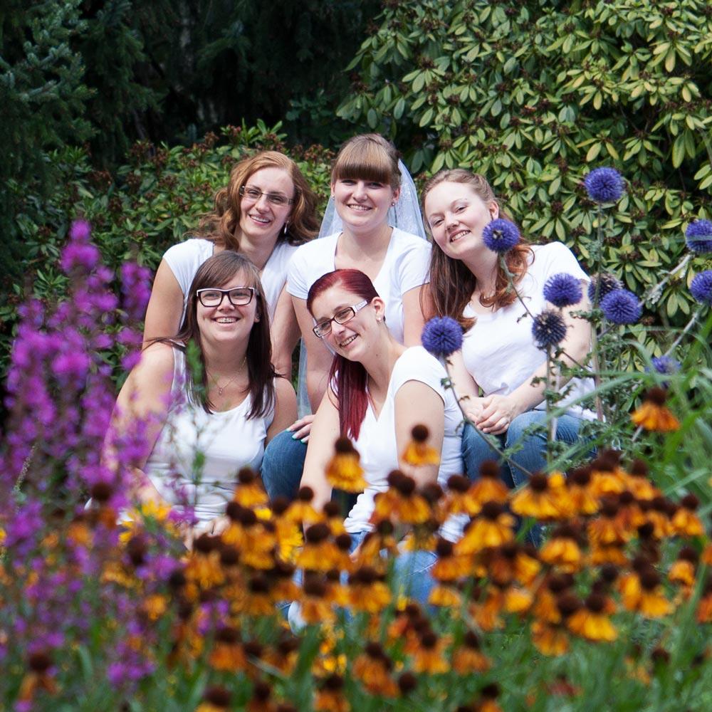 Braut und Brautjungfern im Blumenmeer