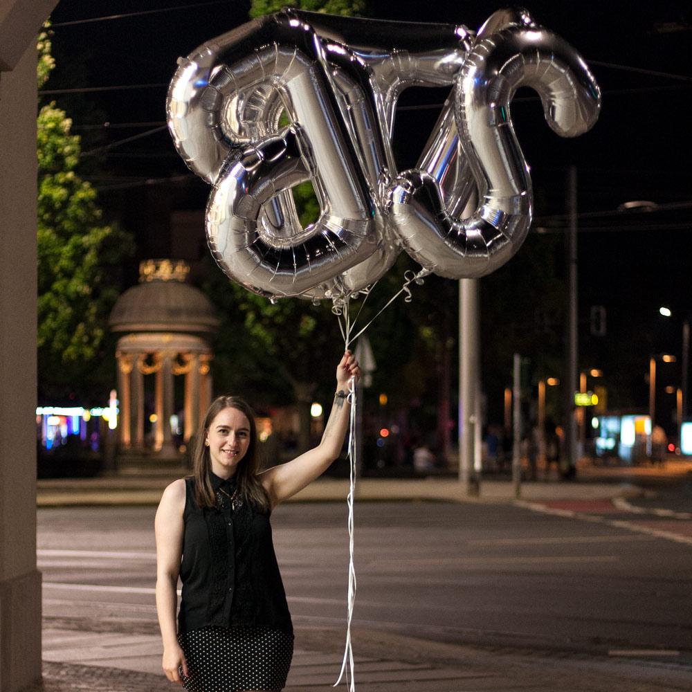 Ich mit den BLOST-Ballons in der Nähe vom Albertrplatz Dresden