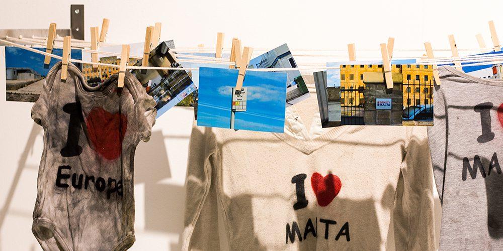 Detailansicht Wäscheleine mit Bildern und Wäsche