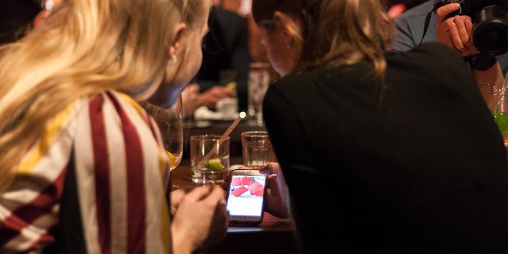 Zwei Frauen und ein Smartphone