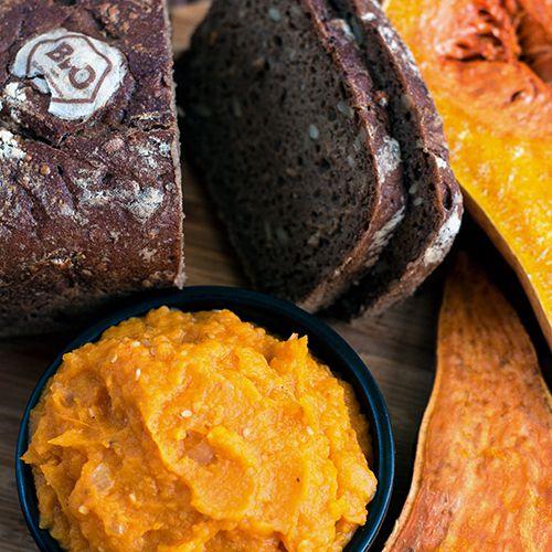 Orangefarbener Aufstrich aus Butternusskürbis und Süßkartoffel