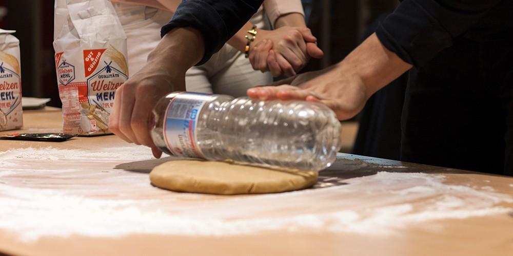 Wasserflasche als Teigrolle