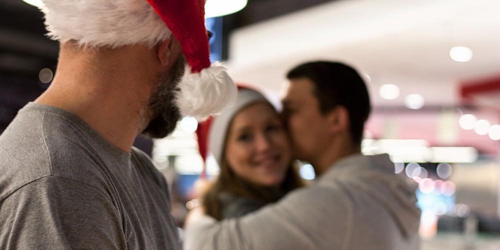 Kuchelndes Paar zur Weihnachtszeit