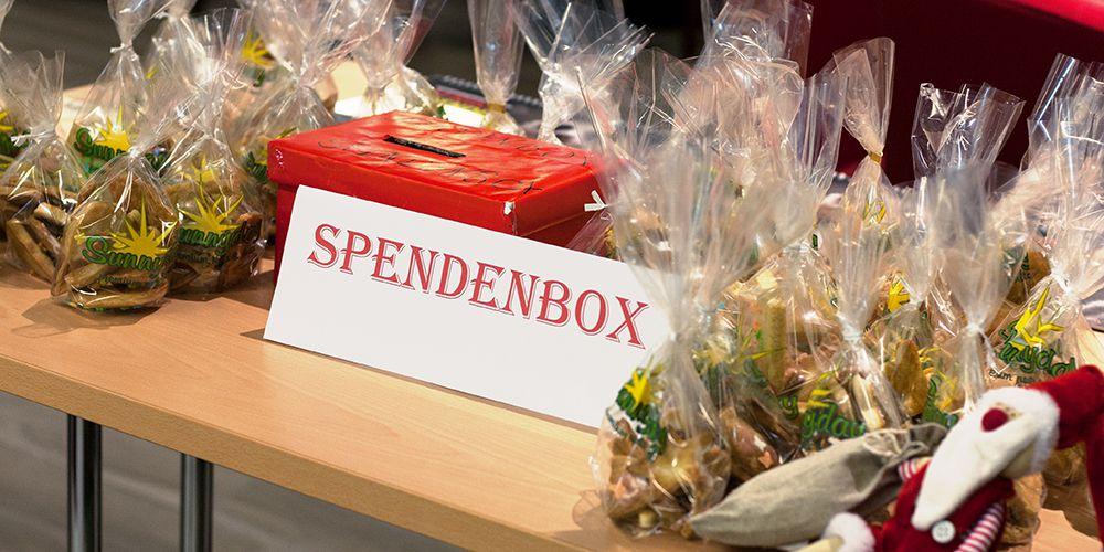 Spendenbox für Misside Guinea und abgepackte selbstgebackene Plätzchen
