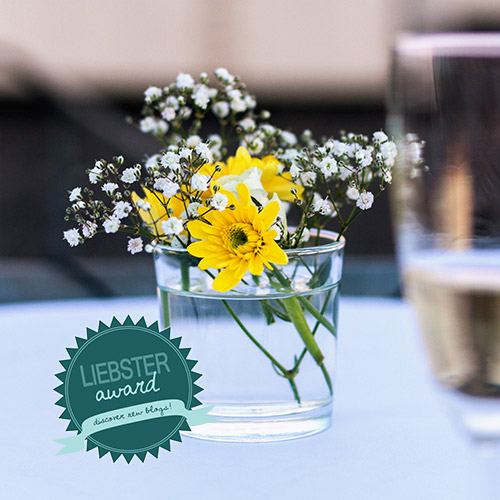 Sektglas, Blumenbouquet und Liebster Award