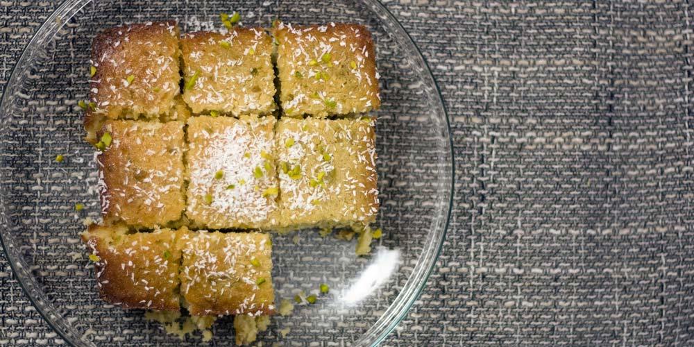 arabischer Grießkuchen mit Kokosflocken und Pistazien