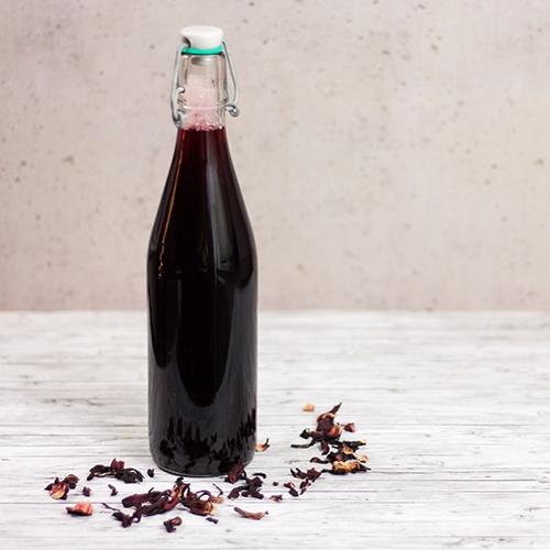 Bügelflasche mit selbstgemachtem Hibiskus-Sirup