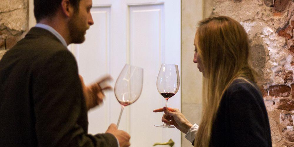 Zwei Kenner degustieren Rotwein