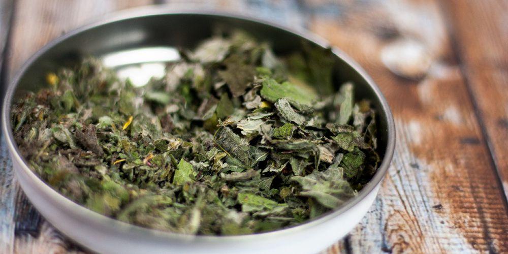 zerriebene grüne Teeblätter