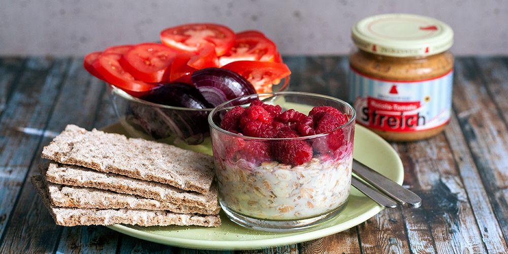 Knäckebrot, Gemüse und Overnight-Oats zum Frühstück