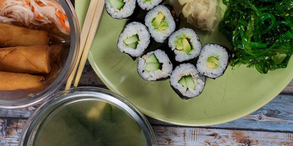 Misosuppe, Frühlingsrollen und vegetarisches Sushi