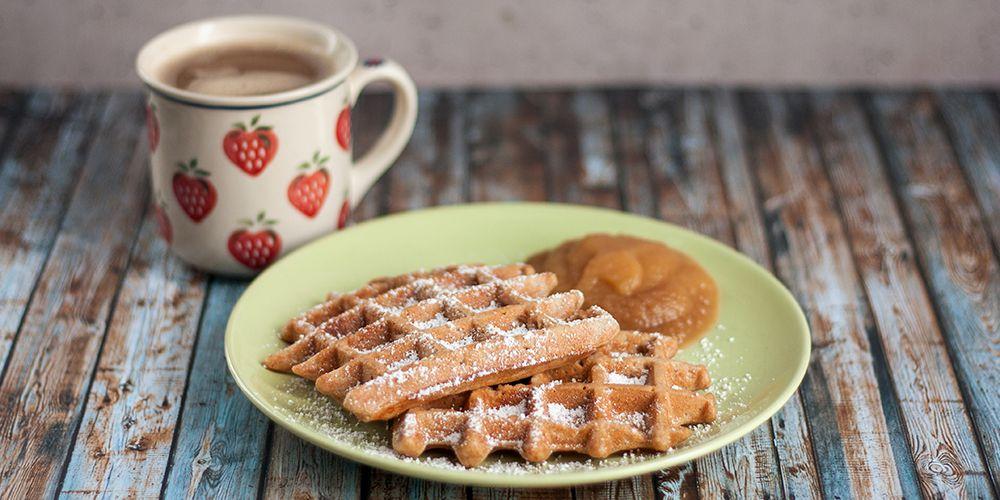 Waffeln mit Apfelmus zum Frühstück