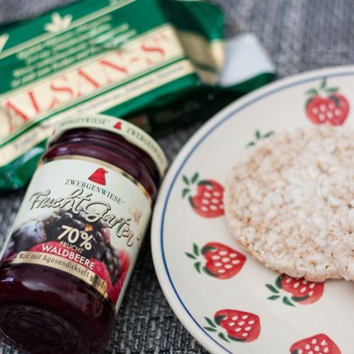 Reiswaffel mit Margarine und Marmelade