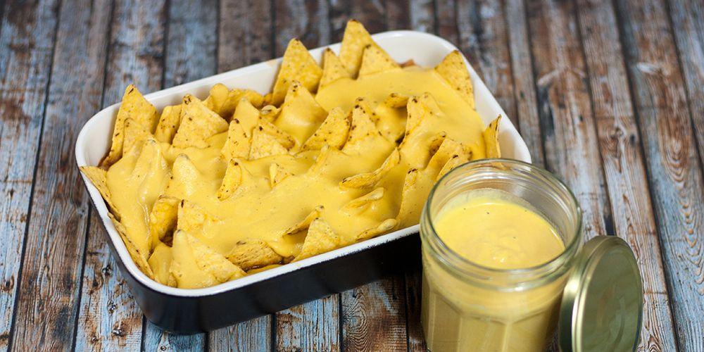 Ofenform mit Chili Sin Carne, Chips und veganer Käsesauce
