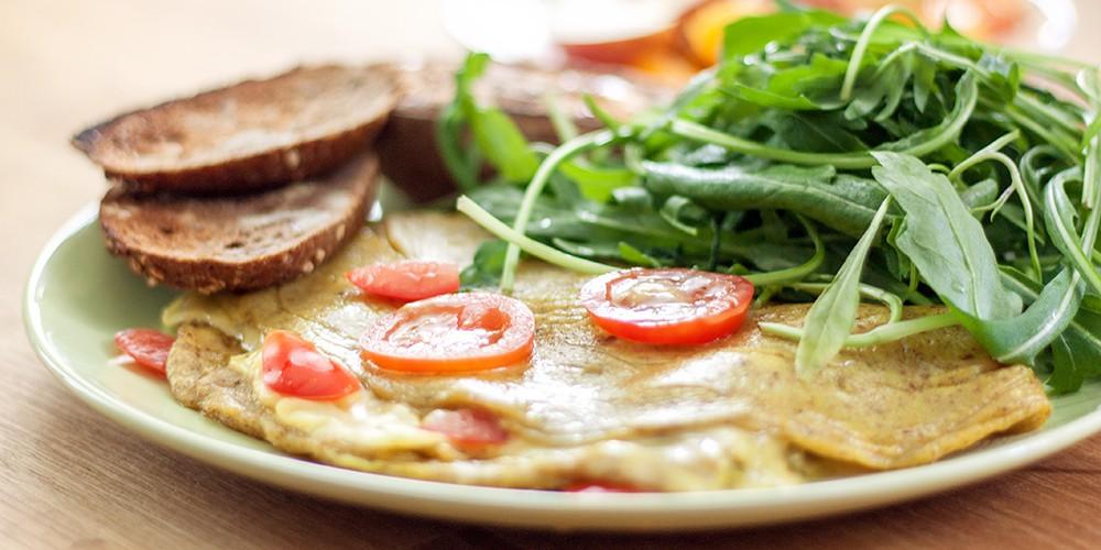 Omelett, Tomaten, Brot und Rucola