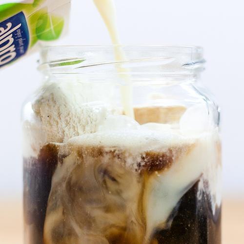 Lupinenkaffee mit Sojamilch und Sojaeis