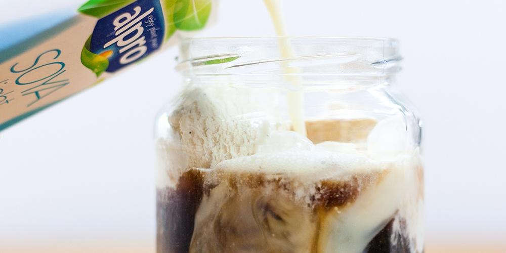Lupinenkaffee mit Sojaeis und Sojamilch