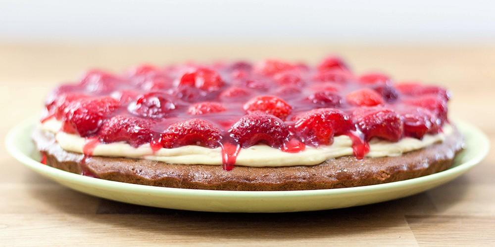 Biskuitboden mit Buttercreme und Erdbeeren