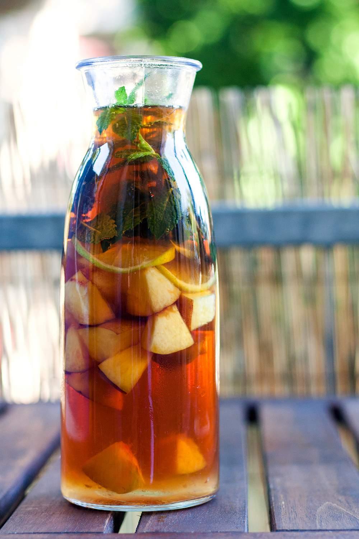 selbstgemachter Eistee in Glasflasche
