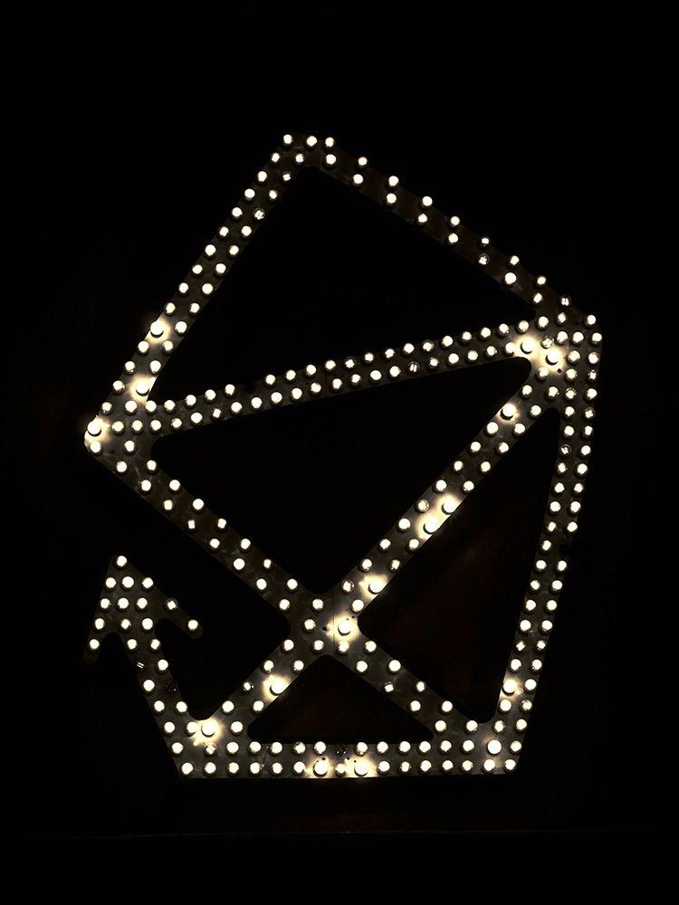 leuchtendes Logo an Hauswand der scheune Dresden