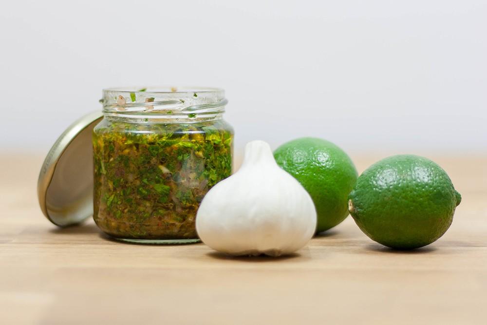 selbstgemachte grüne argentinische Kräutersauce