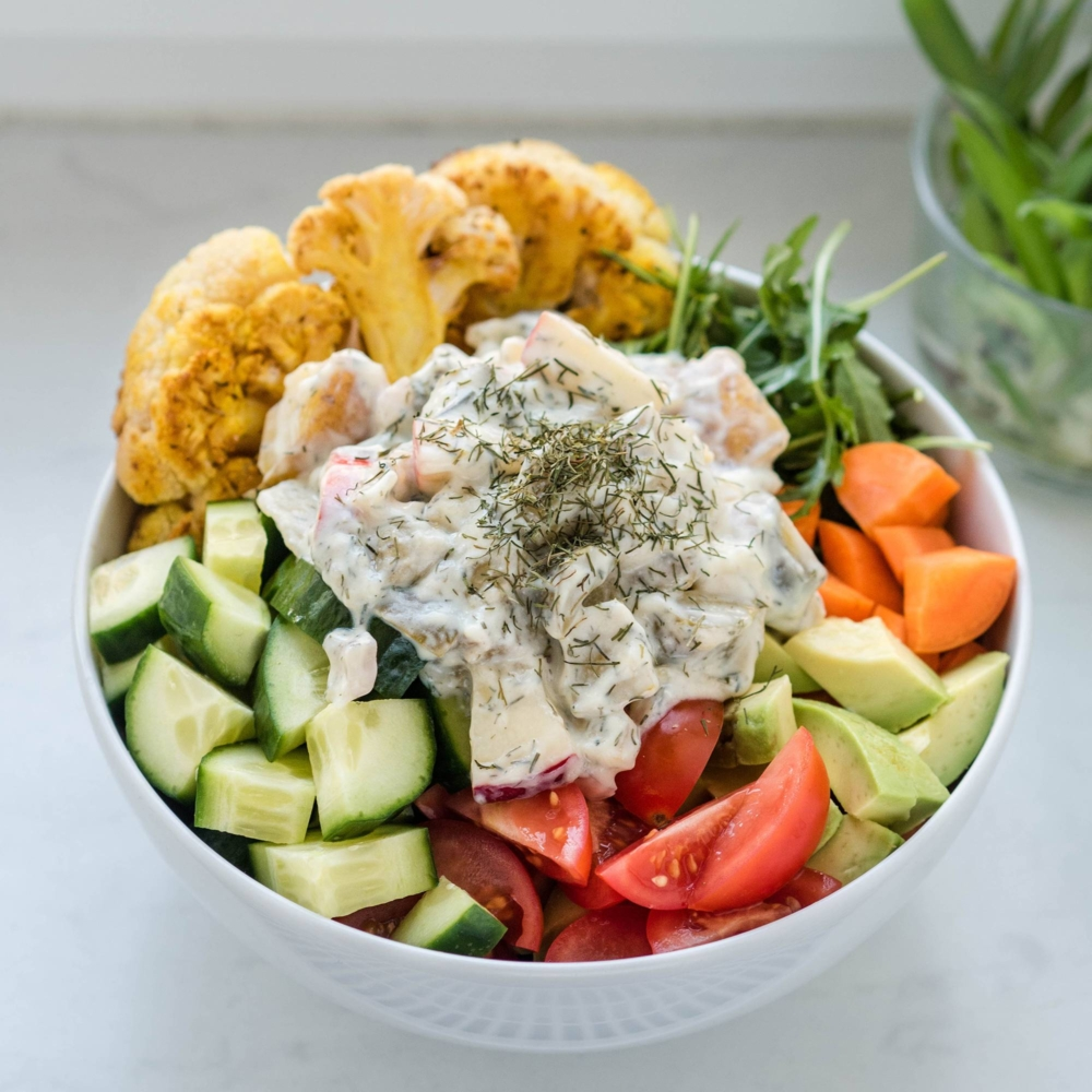 veganer Heringssalat auf frischem bunten Gemüse mit Joghurtsauce