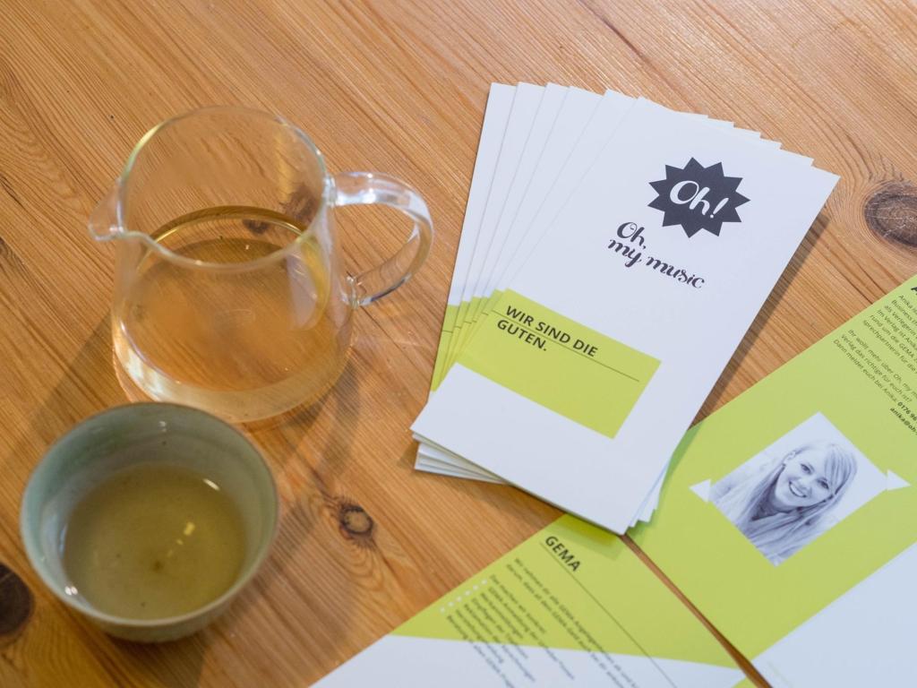 Besprechung druckfrischer Faltblätter bei fairtrade Grüntee von Teerausch