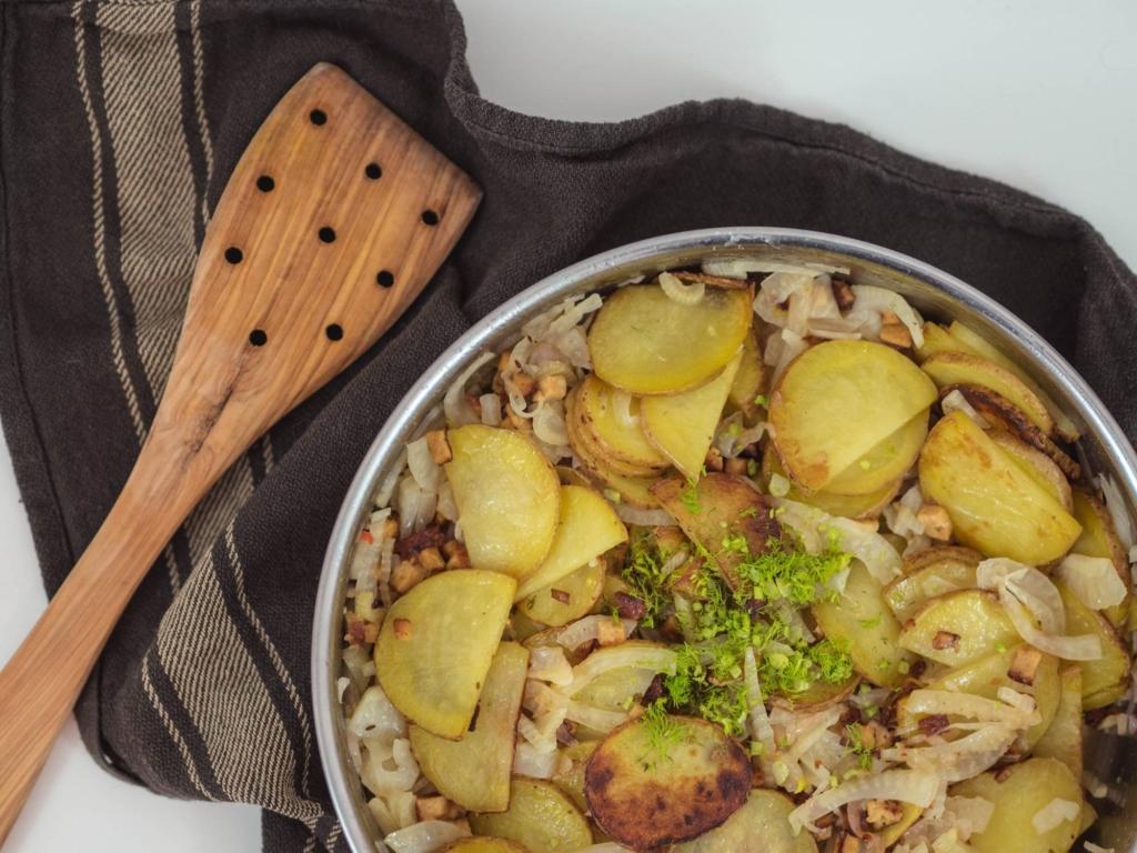 Pfanne mit gebratenen Kartoffeln und Fenchel mit Räuchertofu in Zitronensaft